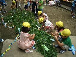 飾りつけをする園児達の様子